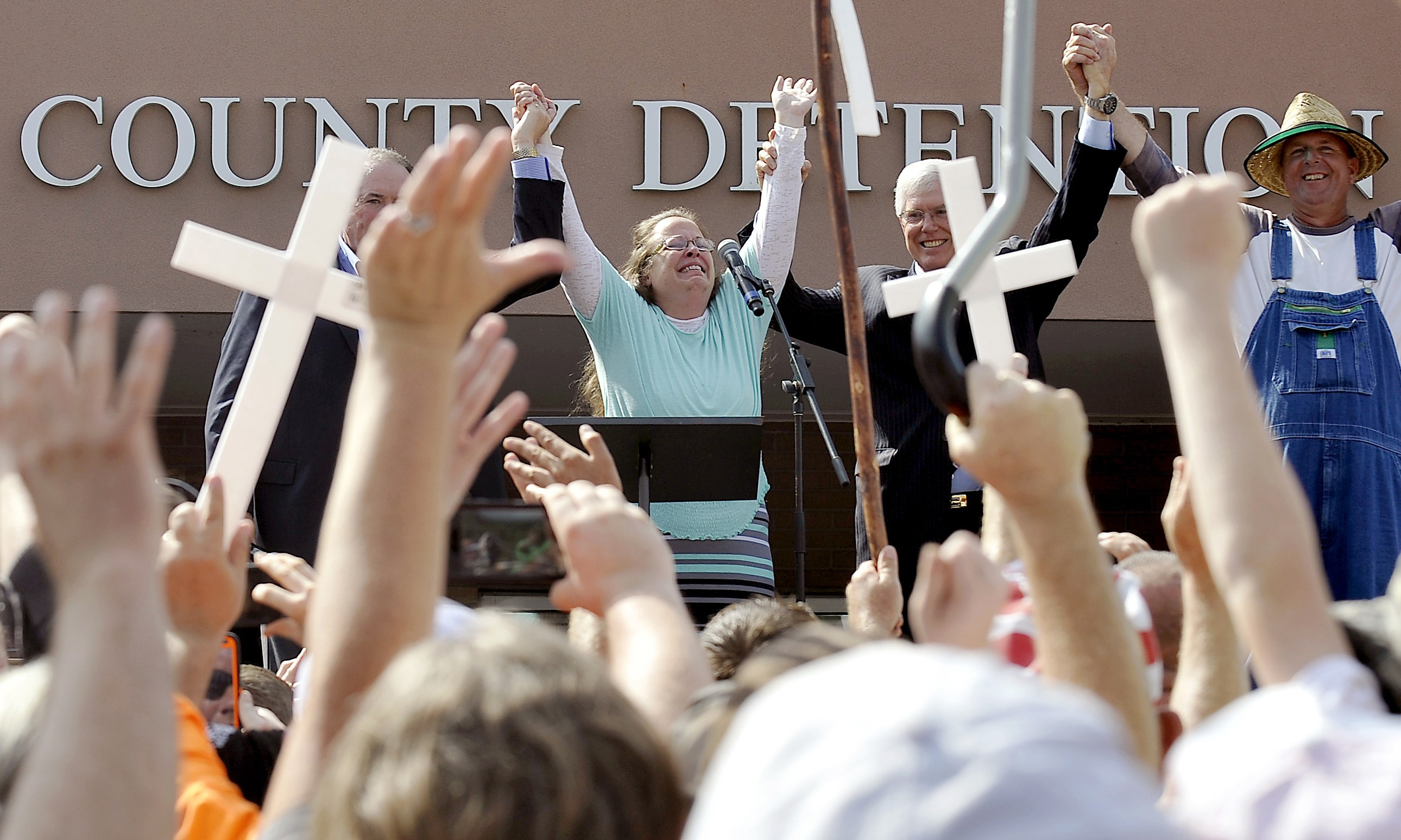 Rowan County Clerk Kim Davis, flanked by Republican presidential candidate Mike Huckabee (L), Attorney Mathew Staver (2nd right) and her husband Joe Davis (right) celebrates her release from Carter Detention Center, Sept 8. Chris Tilley / Reuters