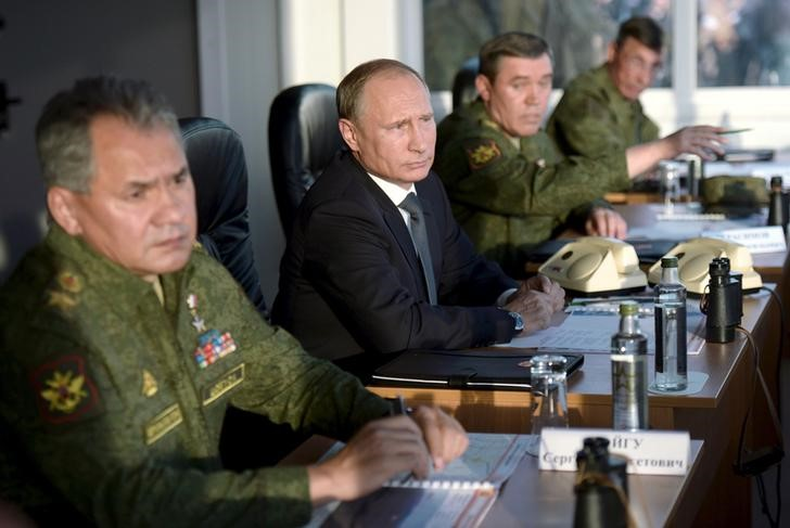 Russian President Vladimir Putin (C) with Defence Minister Sergei Shoigu (L) and armed forces Chief of Staff Valery Gerasimov observe troops in action during a training exercise at the Donguz testing range in Orenburg region, Russia, September 19, 2015. REUTERS/Alexei Nikolsky/RIA Novosti/Pool